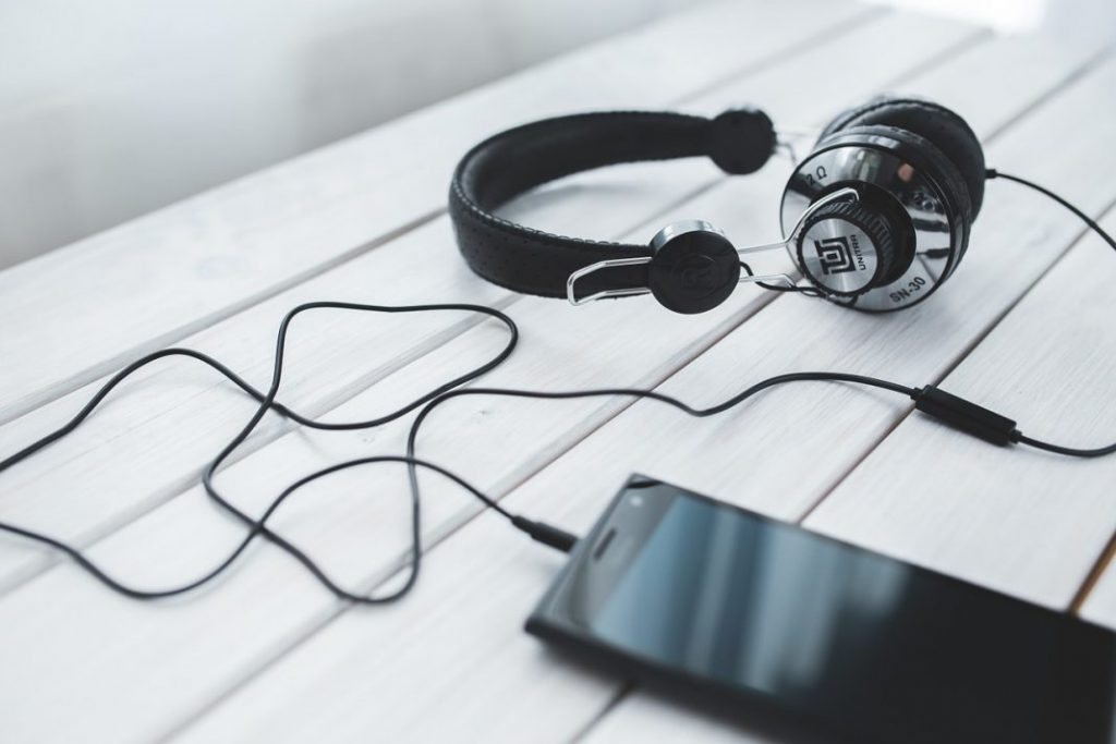 headphones-791077_1280