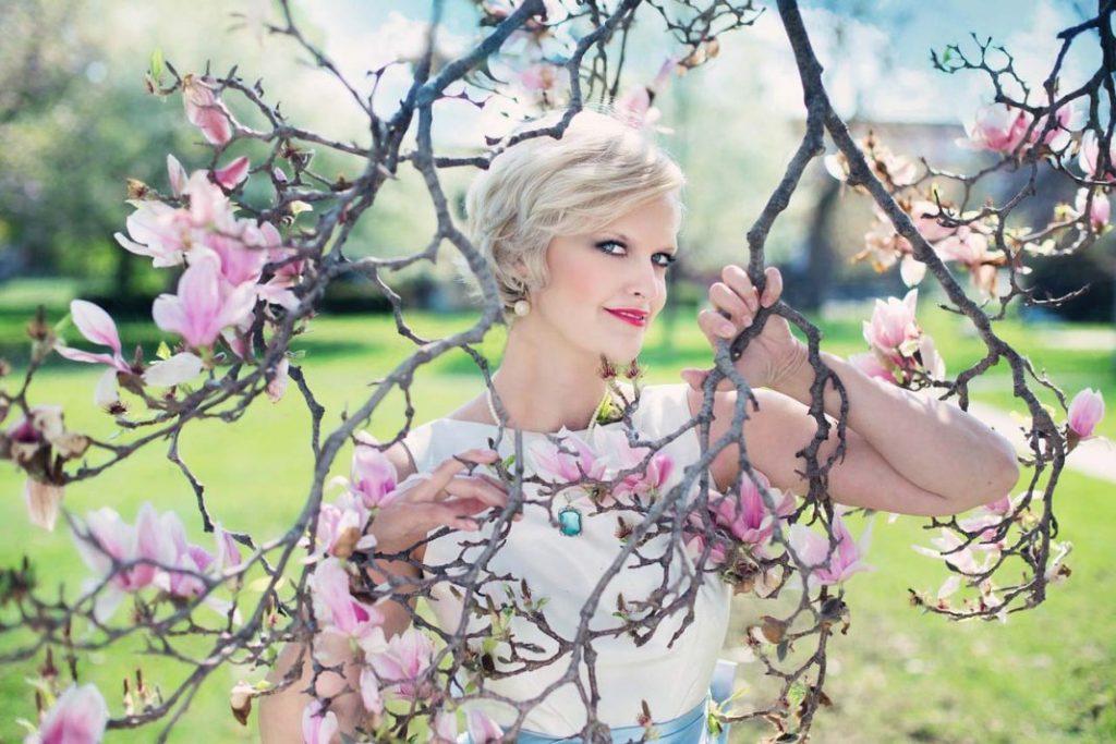 beautiful-woman-764079_1280