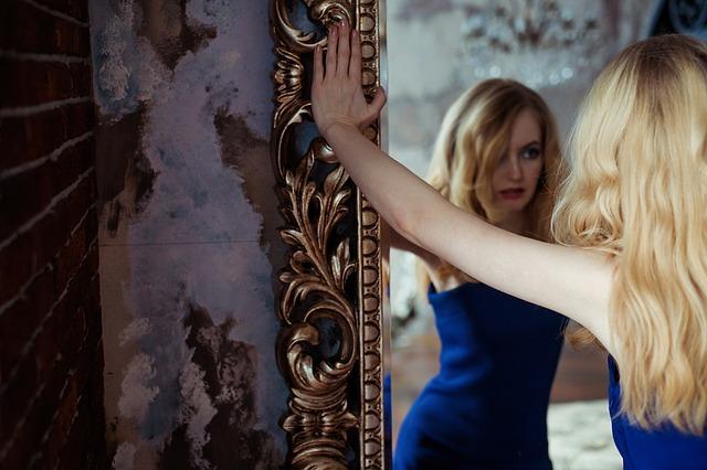 dievča v zrkadle